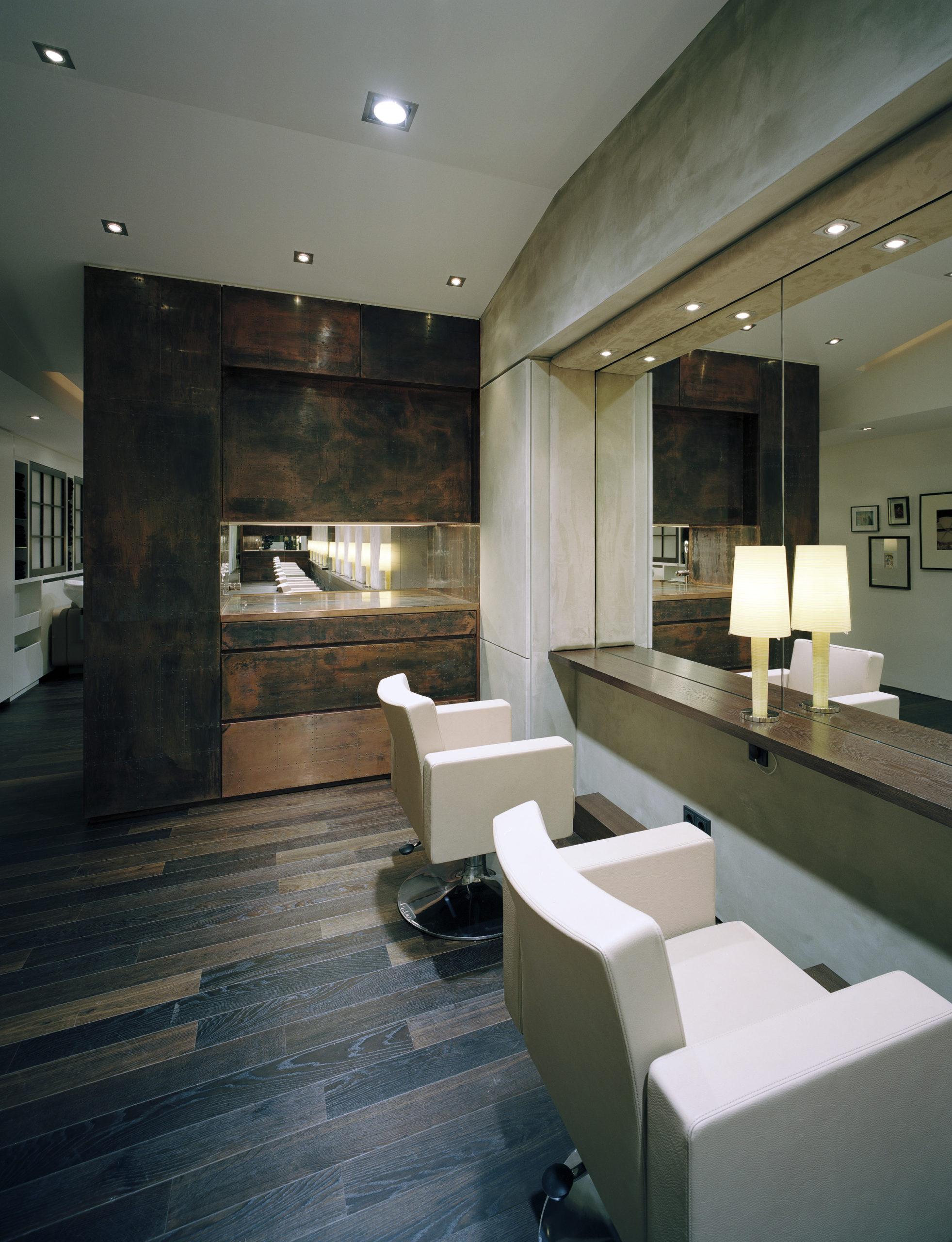 Der Salon liegt direkt neben der Fressgass und bietet Ihnen Services auf internationalem Niveau