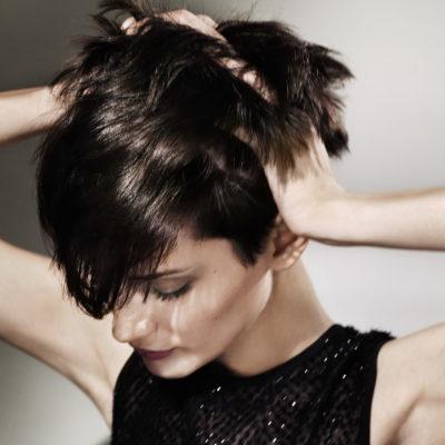 Wir setzen neue Maßstäbe für natürlich wirkende Colorationen mit beeindruckenden Lichtreflexion und Haarschutz - kurze Haare